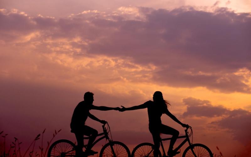 Foto van twee fietsers in de avondlucht